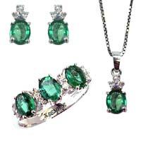 Completo con smeraldi e diamanti.