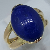 Anello con un ovale in lapislazzuli.