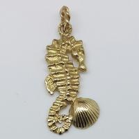 Ciondolo ippocampo in oro.