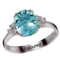 Anello con acquamarina e diamanti naturali.