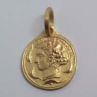 Ciondolo in oro raffigurante l'Aretusa.