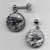 Orecchini in argento raffiguranti l'Aretusa.