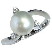 Anello con perla e diamanti.