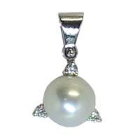 Pendente in oro, con perla e diamanti.
