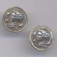 Orecchini in oro e argento raffiguranti l'Aretusa.