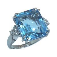 Anello con topazio e diamanti naturali.
