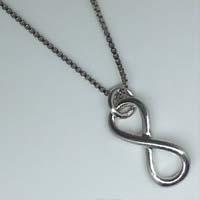 Collana in argento con simbolo infinito.