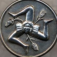 Realizziamo la trinacria (simbolo della Sicilia) in oro, argento corallo e pietre dure.