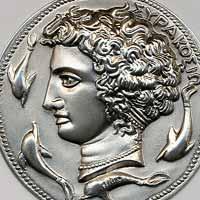 Realizziamo  l'aretusa (simbolo di Siracusa) in oro, argento corallo e pietre dure.