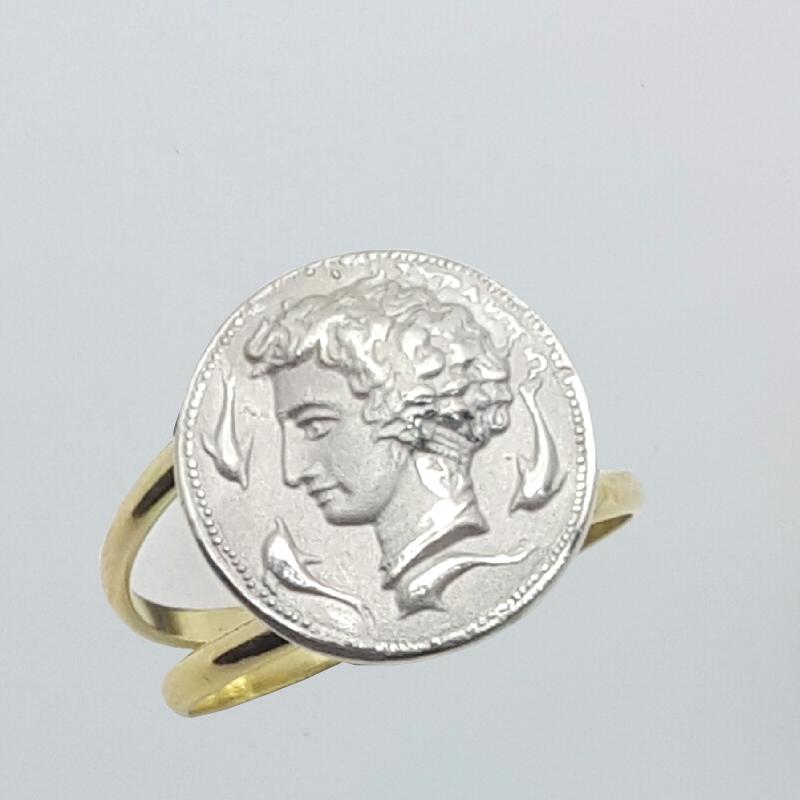Anello in oro e argento raffigurante l'Aretusa.