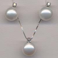 Completo in oro, con perle e diamanti.