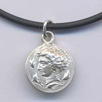 Ciondolo in argento raffigurante l'Aretusa.