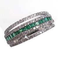 Anello con smeraldi e diamanti.