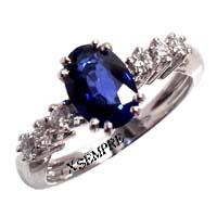 Anello con zaffiro e diamanti.