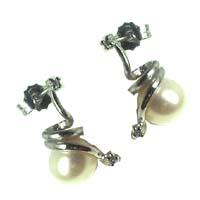 Orecchini in oro con perle e diamanti.